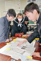記事を貼り付けて、オリジナル新聞を作る生徒たち=15日、福井県高浜町の高浜中