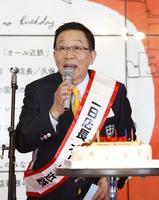 「あべのハルカス」が全面開業5周年を迎え、近鉄百貨店本店で開かれた催しで一日店長に任命されたオール阪神さん=7日、大阪市