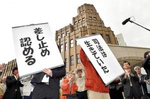 大飯原発3、4号機の差し止め判決で喜びに沸く原告団ら=21日、福井地裁前