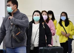 マスクをして福岡空港に到着した中国人旅行者ら=1月25日午後