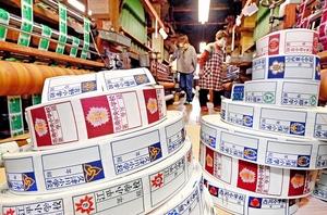 次々と出来上がる織物の名札=福井県越前市片屋町の瀬戸織ネーム工業