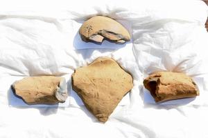 人形埴輪の頭(上)と胴(中央)、二つの腕=11月18日、福井県若狭町脇袋の西塚古墳