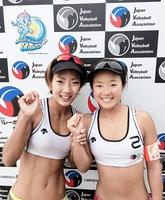 決定戦で1位となり、リオ五輪アジア大陸予選出場を決めた村上めぐみ(右)石井美樹組=川崎マリエンビーチバレーコート