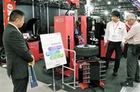 小野谷機工(越前市) 都内展示会に最新機器 タイヤ脱着 省人化PR