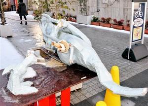 両足やしっぽがちぎれた恐竜モニュメント=17日、福井市中央1丁目