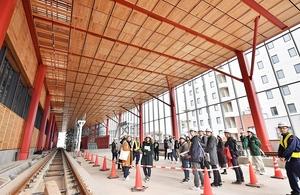 福井県産スギ材をふんだんに使ったえちぜん鉄道福井駅舎2階のホーム天井と壁=4日、福井市日之出1丁目
