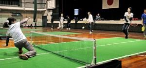 バウンドテニスの強化練習会で腕を磨く選手たち=4日、福井市森田小
