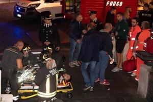 23日、ローマの地下鉄レプブリカ駅で負傷者の避難誘導をする消防士ら(AP=共同)
