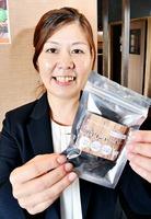 犬用のシカ肉ジャーキーの販売を通して、ジビエの魅力発信に取り組む坪田愛子さん=福井県敦賀市内