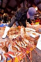 漁解禁初日に続々と競りにかけられる越前がに。地理的表示の対象に登録され、他産地との差別化が期待される=2017年11月6日、福井県越前町