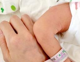 産後1週間の入院中、母子だと示すタグを付けていた。親になった実感が湧かず、不思議な気持ちになった
