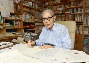 福井新聞文化賞の受賞が決まった際に、書斎でインタビューに答える加古里子さん=2014年10月、神奈川県藤沢市