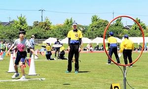 障害や性別で区分けせず競うフライングディスクのアキュラシー種目=坂井市三国運動公園陸上競技場