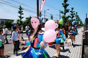 コンサート前にメガネストリートを練り歩く仮面女子のメンバー=11日、福井県鯖江市