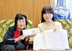 楽曲「命のビザ~私の名前を忘れないで~」を制作した井上さん(左)と堂田さん=福井県敦賀市