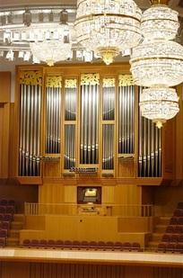 38トン巨体、県立音楽堂の「顔」