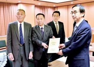 西川知事に台風21号被害に対する支援を要請する福井県漁連の平野会長(左から2人目)ら=28日、福井県庁