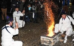 白装束姿で古式ゆかしく初打ちする鍛冶師=1日、福井県越前市余川町のタケフナイフビレッジ