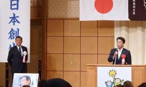 自民党の石破元幹事長(左)が出席する会合であいさつする斎藤農相=14日夜、千葉市