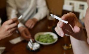 喫煙のイメージ=7月、東京都港区