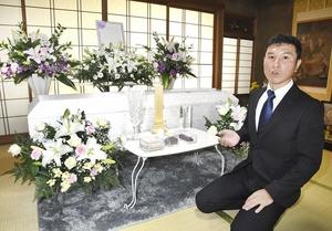 自宅葬プランの祭壇を前に「葬儀の在り方も含め、終活の相談にも対応していきたい」と話す長谷川広信さん=福井県福井市内