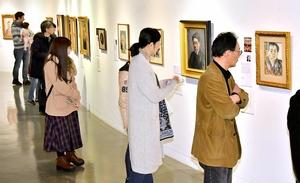 近現代の画家たちの個性豊かな作品が並ぶ自画像展=2月23日、福井県の福井市美術館