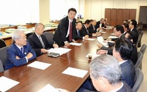 来春の福井県知事選を巡り、杉本達治氏擁立の動きが報告された県会自民党の総会=10月23日
