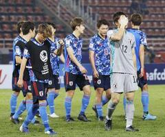 シリアに敗れ1次リーグ敗退が決まり、顔を覆うGK大迫(12)らU―23日本代表=バンコク近郊(共同)