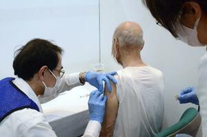 名古屋市中村区の新型コロナウイルスワクチン集団接種会場で接種を受ける高齢者=12日