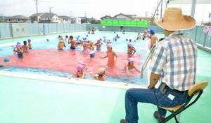 監視員配置の経費削減のため、今夏の中止が検討されている学校プール開放事業=2013年8月、福井県福井市内の小学校プール
