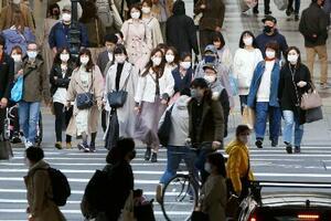 仙台市内の繁華街をマスク姿で歩く人たち=10日午後
