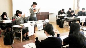 福井県高校生英語ディベート大会で、英語で意見をぶつけ合う生徒=2017年、福井市の福井県生活学習館