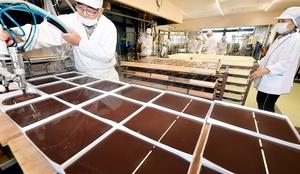 次々と作られる水ようかん=11月29日、福井県福井市照手3丁目の「えがわ」