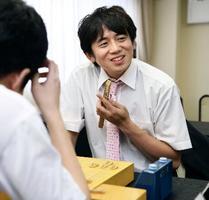 将棋の第72回全日本アマチュア名人戦全国大会で優勝した鈴木肇さん=10日、東京都港区