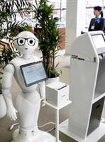 福井のニュースを読み上げる機能を加えた人型ロボット「ペッパー」=福井県鯖江市の福井銀行神明支店