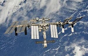 高度400kmの軌道を周回する国際宇宙ステーション=2018年10月(NASA提供・共同)