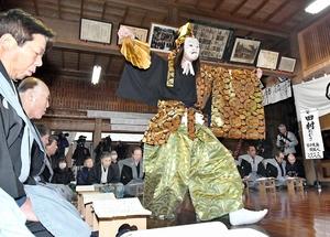 厳かに奉納された水海の田楽能舞=2月15日、福井県池田町水海の鵜甘神社