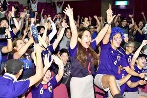 パブリックビューイングで、日本代表の先制点に湧く観客=6月19日、福井県越前市いまだて芸術館