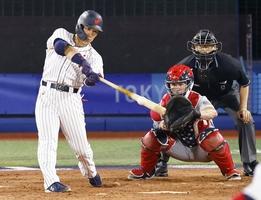 東京五輪野球準々決勝・日本―米国 3回、先制打を放つ吉田正尚=8月2日、横浜スタジアム