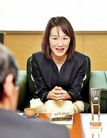 西川一誠知事に本屋大賞の受賞を報告する宮下奈都さん=26日、福井県庁