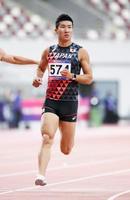 男子100メートル準決勝、10秒12の2組1着でゴールする桐生祥秀。決勝に進んだ=ドーハ(共同)