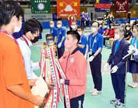 フェンシング金メダリスト見延和靖 地元福井開催のインタ-ハイ会場にサプライズ登場、高校生剣士を表彰