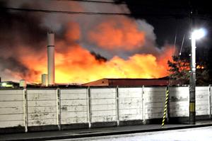 もうもうと煙を上げながら燃える工場=9月7日午前2時50分ごろ、福井県敦賀市呉羽町の東洋紡敦賀事業所第二