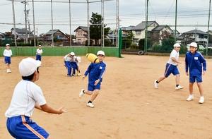 5人のパス回しに挑戦する児童=10月24日、福井県坂井市春江小学校の校庭