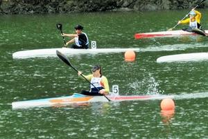 カヌー少年女子スプリント・カヤックシングル(500メートル)で優勝したペトラン・ファンニ(手前)=2日、愛媛県大洲市の鹿野川湖特設カヌー競技場