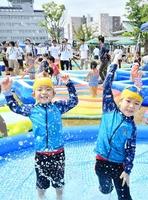 福井市の見直し事業を〝復活〟させた「できるフェス」のプールコーナーで遊ぶ子どもたち=8月12日、福井県福井市中央公園