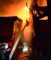 激しく炎を上げて燃えるビル(右)=5月28日午後7時55分ごろ、福井県小浜市塩竈