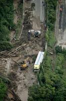 土砂崩れで通行止めとなった中国自動車道=4日午前10時16分、岡山県新見市(共同通信社ヘリから)