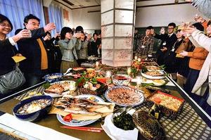 小浜の地元料理を前に、乾杯するフードキャラバンの参加者=6日、福井県小浜市の旧阿納尻小