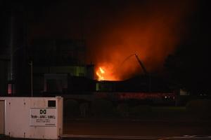 炎を上げて燃える機能材工場=9月6日午後10時20分ごろ、福井県敦賀市呉羽町の東洋紡敦賀事業所第二